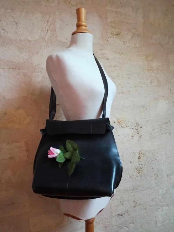 grand sac à main en chambre à air et fleurs en plastique recyclées