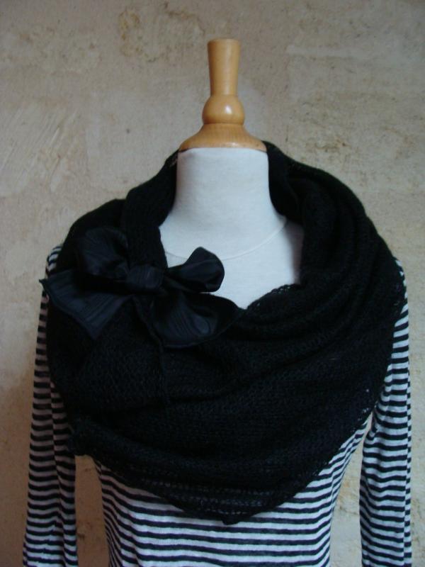 col noir avec noeud moiré