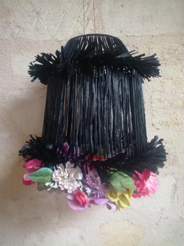 """suspension lumineuse """"Vals de April""""en raphia noir et fleurs artificielles recyclées"""