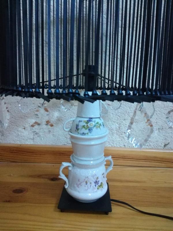 """lampe """"La vie moderne"""" chambre à air, pampilles et porcelaine recyclées"""